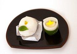 生和菓子、左が白椿、右が竹